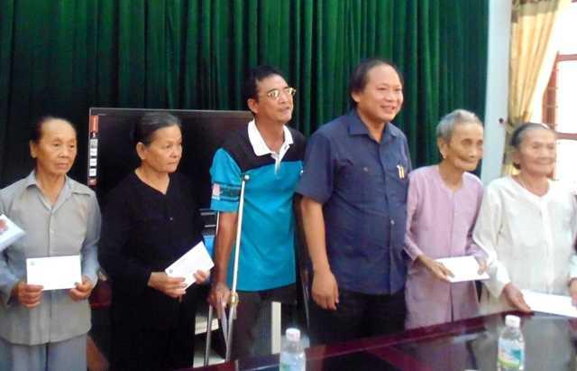 Số tiền được trao tận tay các gia đình chính sách, có hoàn cảnh khó khăn trong cuộc sống. Ảnh: Lê Phi Long