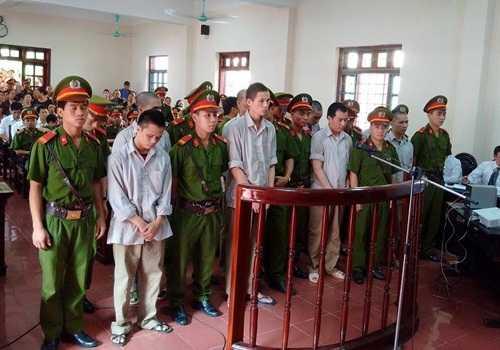 Các bị cáo tại phiên tòa sơ thẩm sáng nay (13/7)