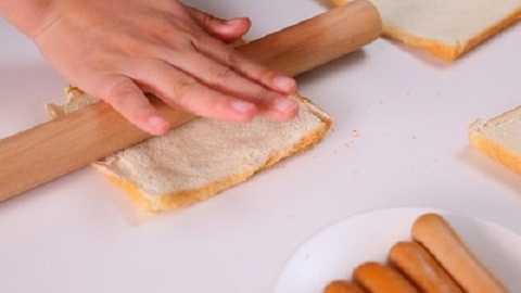 Dùng một thanh cán, cán dẹt miếng bánh mì.