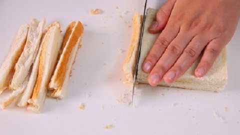 Cắt các viền ngoài miếng bánh mì.