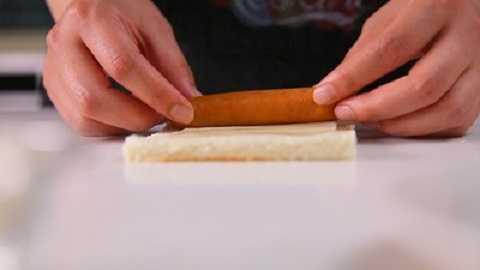 Trải miếng bánh mì ra, đặt lên một miếng pho mát có chiều dài bằng xúc xích, sau đó đặt xúc xích lên trên.