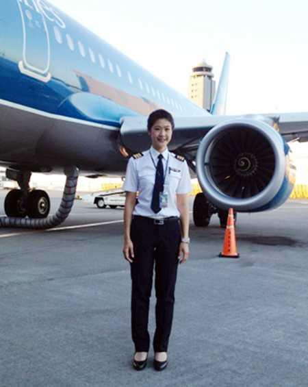 Huỳnh Lý Đông Phương bắt đầu làm việc cho hãng hàng không Vietnam Airlines từ năm 2010 sau 2,5 năm tham gia khóa đào tạo phi công tại Montpellier (Pháp)