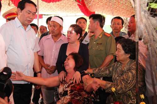 """Đại tướng Trần Đại Quang – Bộ trưởng Công an hứa trước gia đình 6 nạn nhân """"sẽ tập trung tất cả nguồn lực, khả năng có thể để truy bắt hung thủ""""."""