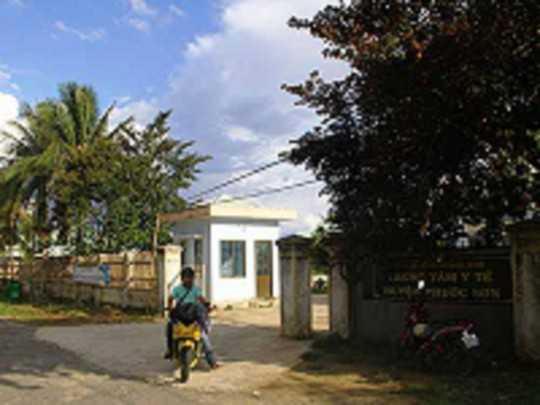 Trung tâm Y tế huyện Phước Sơn, nơi đang điều trị cho các trường hợp mắc chứng đau ở cổ.