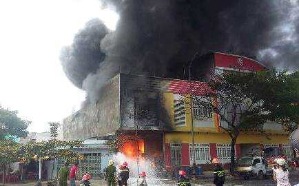 Lực lượng PCCC đang nỗ lực dập tắt đám cháy ở Đà Nẵng.