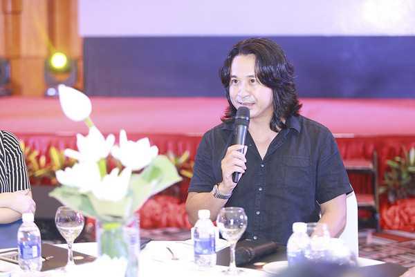 Nhạc sỹ Lê Minh Sơm đảm nhiệm vị trí đạo diễn âm nhạc kiêm người dẫn chuyện của Du ca Việt
