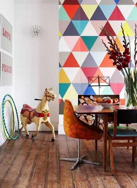 Bức tường họa tiết sắc màu khiến phòng ăn trở nên vui vẻ, ấm áp.