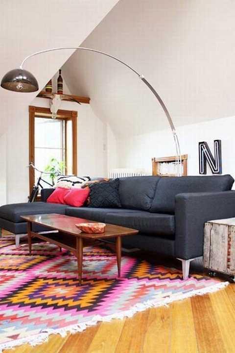 Tấm thảm không chỉ giữ ấm chân mà còn tạo nên góc phòng khách sáng tạo.