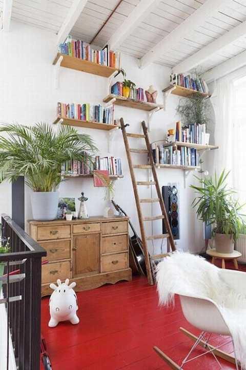 Chủ nhà đã táo báo sử dụng màu đỏ để sơn sàn nhà và đạt được hiệu quả.