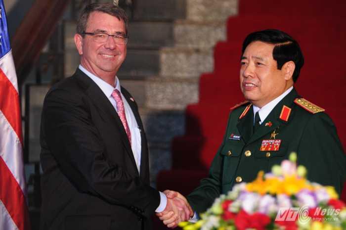 Bộ trưởng Quốc phòng Mỹ Ashton Carter bắt tay Bộ trưởng Quốc phòng, Đại tướng Phùng Quang Thanh - Ảnh: Tùng Đinh