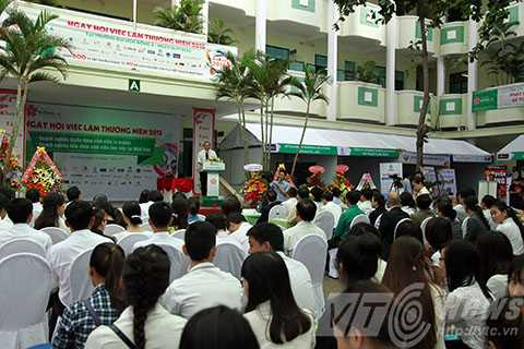 Sáng 16/7, gần 1.000 sinh viên bậc ĐH, CĐ trường ĐH Đông Á (Đà Nẵng) và 70 doanh nghiệp tại khu vực tham dự Ngày hội việc làm thường niên năm 2015.