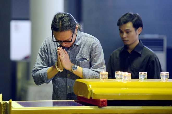 Đạo diễn Trần Lực và con trai cũng tới nói lời từ biệt với Giáo sư Nguyễn Đình Quang.
