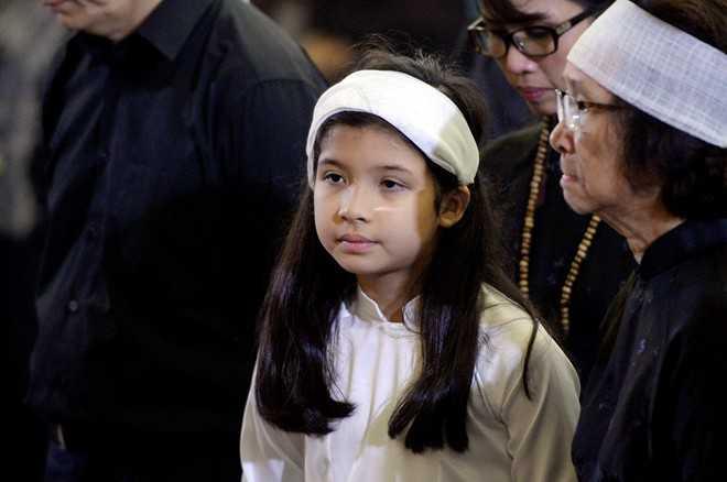 Con gái của MC Mỹ Linh lặng lẽ trong đám tang ông ngoại. Theo chia sẻ của Mỹ Linh, NSND Đình Quang trút hơi thở cuối cùng trong chuyến đi cùng với các cháu vào Hội An, một trong những địa điểm ông dành rất nhiều tình cảm.