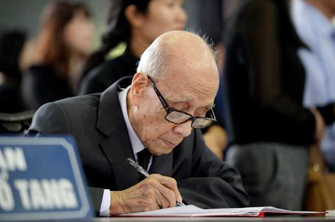Dù tuổi cao sức yếu song giáo sư Vũ Khiêu vẫn tới nói lời từ biệt với NSND Đình Quang.