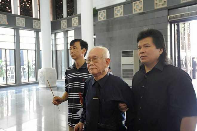 NSND Ngọc Phương được dìu tới thắp nén nhang cho giáo sư Đình Quang.