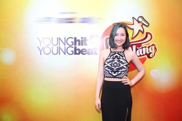 Trở về Việt Nam mùa hè này, Anna Trương có dịp phụ giúp cha mẹ dạy piano cho các học viên nhí tại Young Hit Young Beat ACADEMY.