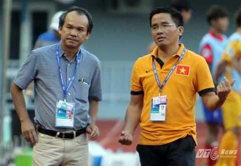 Trưởng đoàn bóng đá HAGL Nguyễn Tấn Anh (phải) và bầu Đức đang khá đau đầu về đoàn quân của thầy Giôm (Ảnh: Hà Thành)