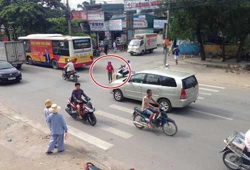 Bệnh nhân, người nhà phải đối mặt với nguy hiểm mỗi khi qua đường