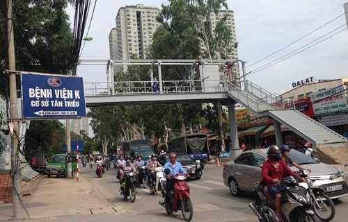 Cầu vượt bộ hành trước cổng bệnh viện đáp ứng nguyện vọng của nhiều người dân