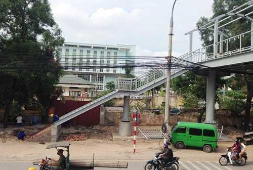 Cầu thang dẫn lên cầu hướng về cổng bệnh viện K