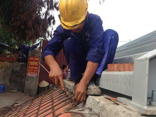 Công nhân đang thi công những hạng mục cuối cùng của công trình