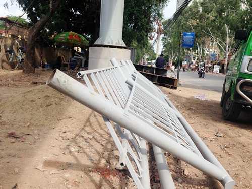 Lan can cầu thang được vận chuyển đến để lắp đặt