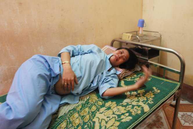 Chị Nguyễn Thị Hương uất nghẹn khi kể về việc bị hành hung dù đang mang bầu 8 tháng - Ảnh: Tiến Thắng