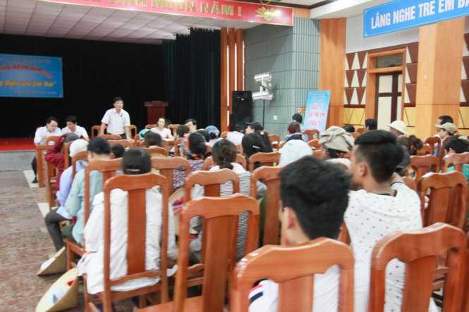 Gần 100 người dân phải họp tại hội trường nhà văn hóa huyện khi kéo đến UBND huyện Thủy Nguyên đề nghị làm rõ sự việc - Ảnh: Tiến Thắng
