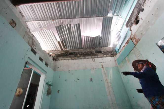 Phần trần nhà bị sập của nhà bà Phạm Thị Luyến (70 tuổi, thôn 11, xã An Sơn, huyện Thủy Nguyên) - Ảnh: Tiến Thắng