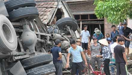 Ô tô đâm thẳng vào nhà dân ven quốc lộ 1A, suýt cướp đi 4 mạng người.