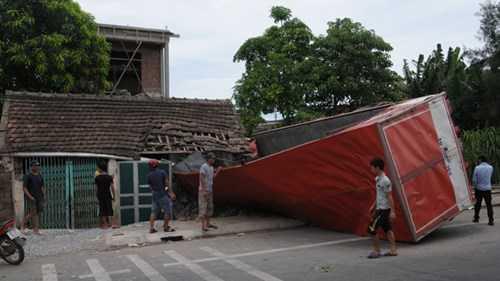 Phần đầu ô tô nằm gọn trong nhà anh Cao Văn Tính, 4 người thoát chết.