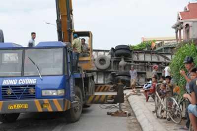 Xe cứu hộ được điều đến hiện trường, cẩu ô tô bị nạn ra khổi nhà dân.