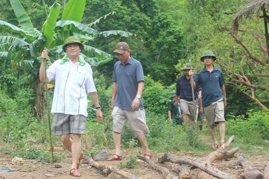 Đại tá Nguyễn Hữu Cầu (áo trắng) dẫn đầu đoàn công tác vừa có mặt tại hiện trường vụ thảm sát để phối hợp chỉ đạo công tác điều tra. (Ảnh: Ngọc Tuấn)
