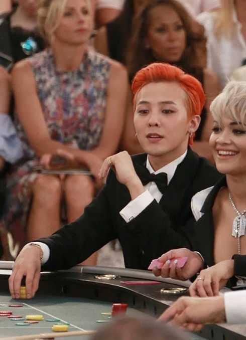 G-Dragon tại casino được dựng trong show thời trang cao cấp Thu Đông 2015 của Channel.