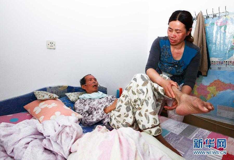 Bà Thang ngày ngày chăm sóc cho chồng.