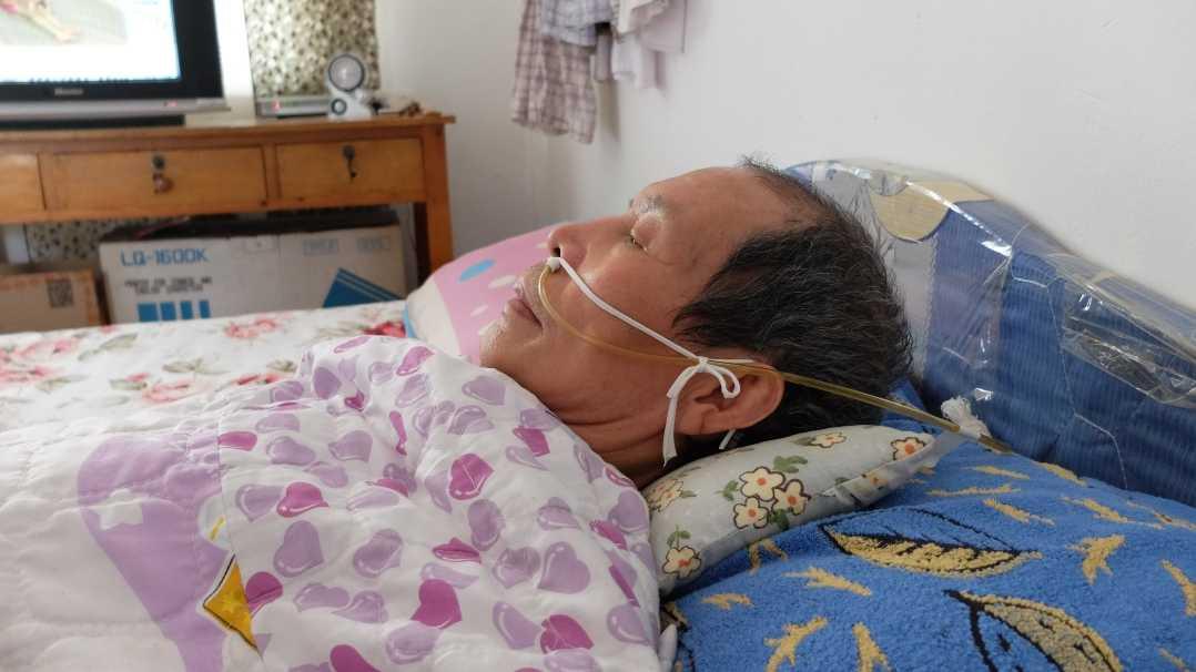 Ông Trần nằm liệt giường vì bệnh hiểm nghèo.