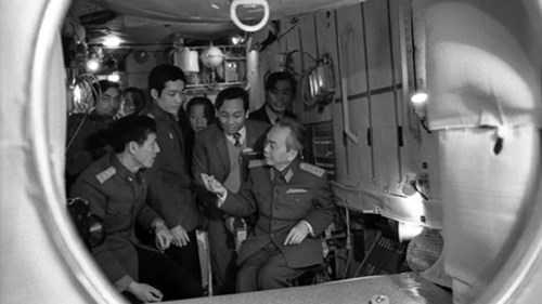 Đại tướng Võ Nguyên Giáp đến động viên các nhà du hành vũ trụ tại Trung tâm đào tạo phi công vũ trụ.