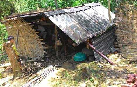 Ngôi nhà lợp tạm bằng vải bạt hiện là nơi ở của hai vợ chồng