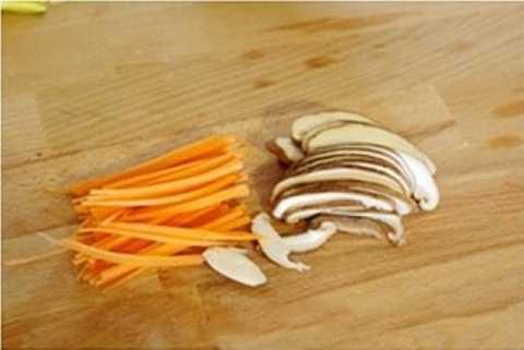 Cà rốt và nấm hương rửa sạch, thái sợi.