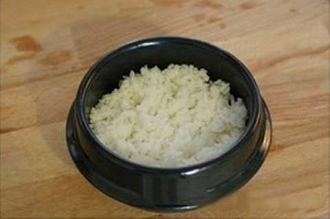 Chuẩn bị một cái tộ, tráng sơ với một ít dầu mè rồi cho cơm vào.