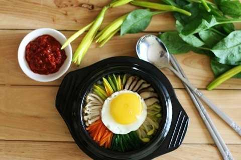 Khi trộn cơm để ăn các bạn có thể cho thêm tương ớt Hàn Quốc hoặc dùng kim chi để ăn kèm.