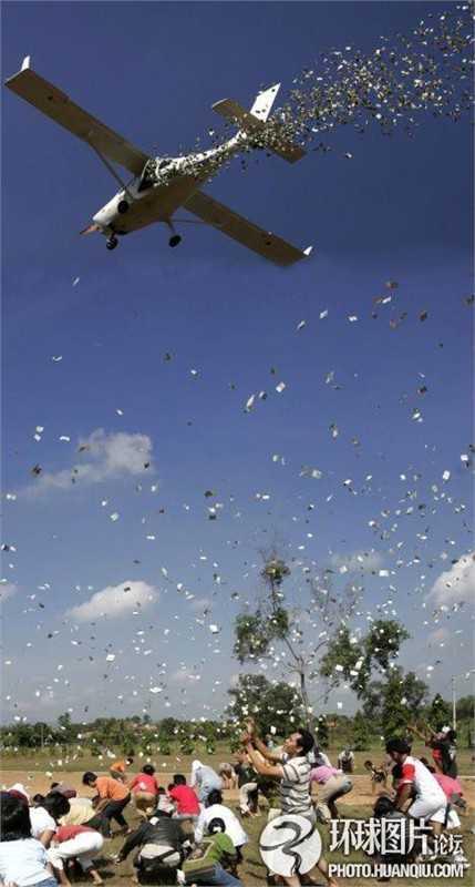 Hình ảnh chụp lại cảnh người dân nhặt tiền từ chiếc trực thăng của doanh nhân Tung Desem Waringin