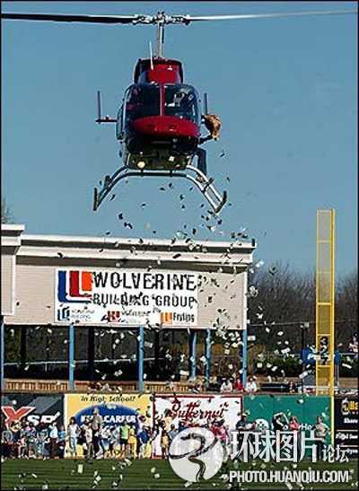 Hình ảnh trực thăng rải tiền tại sân vận động bóng chày
