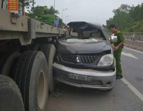 Ô tô 7 chỗ mặc kẹt trong đuôi xe đầu kéo.