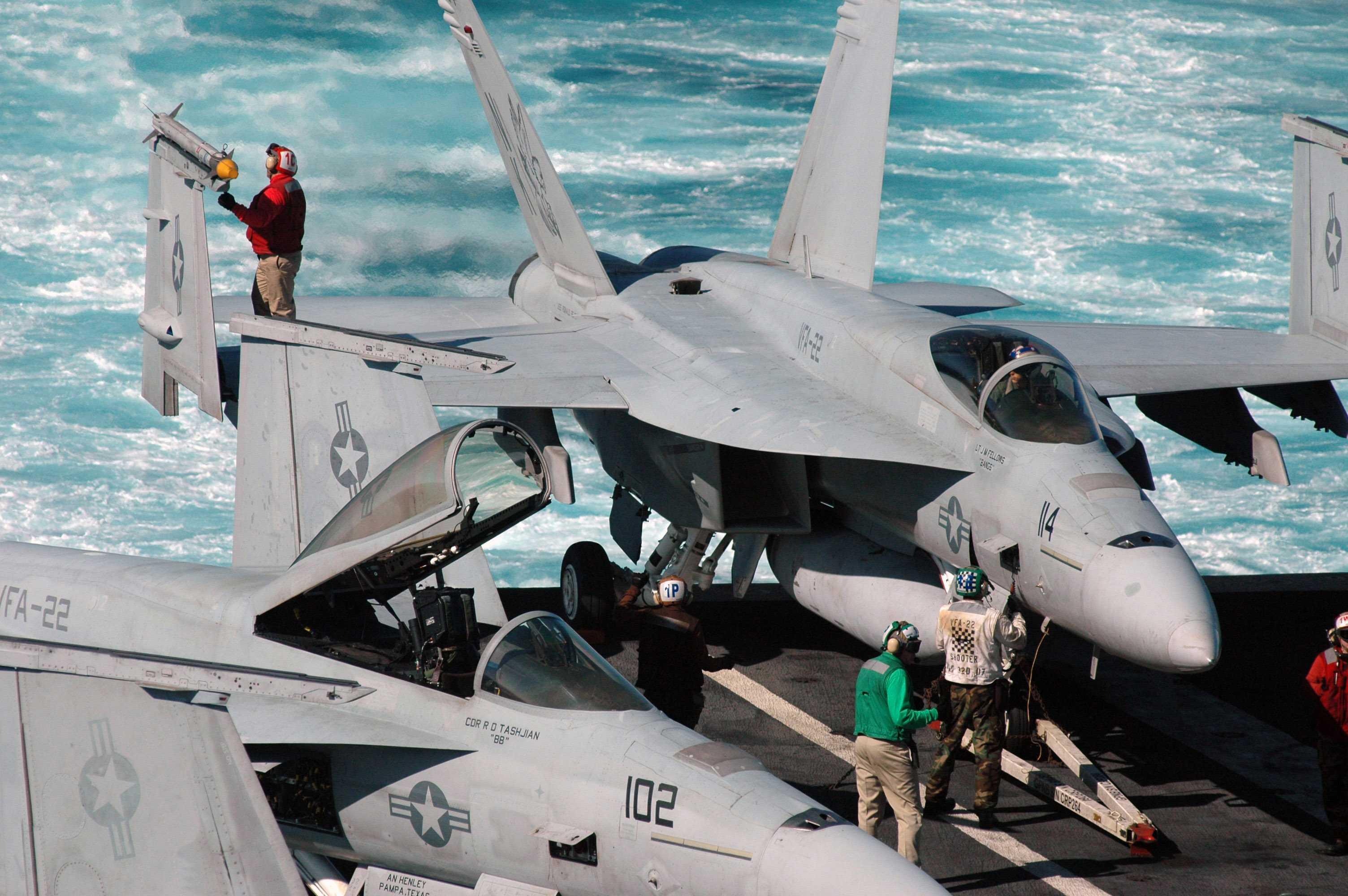 F-18 trên tàu sân bay Hải quân Mỹ