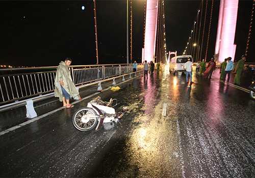 Tai nạn khiến đôi nam nữ cùng phương tiện văng xa khoảng 50m - Ảnh: Vnexpress