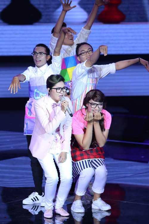 Vẫn là một cái tên đình đám của đội Mr Đàm, Vicky Nhung thể hiện ca khúc 'Một nhà' đầy trẻ trung, sôi nổi. Cô cũng được khán giả đưa vào vòng trong nhờ những gì đã thể hiện.