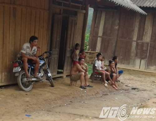 Người dân bàng hoàng trước thông tin kẻ sát hại 4 người trong một gia đình lại chính là 1 thanh niên trong bản - Ảnh: Minh Hải