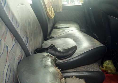 Nhiều vật dụng của hành khách vương vãi khắp xe khách...
