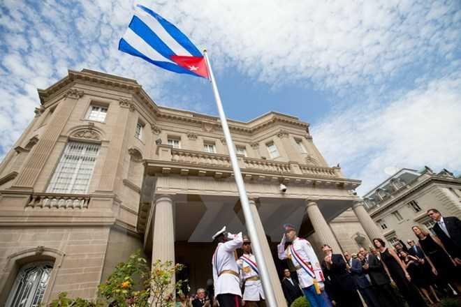 Ngoại trưởng Cuba Bruno Rodriguez (thứ tư, trái) và các quan chức tại Lễ thượng cờ Cuba trước Đại sứ quán Cuba ở thủ đô Washington (Mỹ)